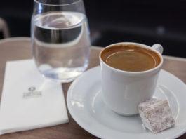 А вы задумывались для чего к кофе подают стакан воды