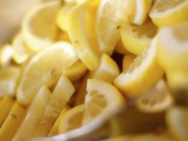 Все говорят нам о том, что пить теплую воду с лимоном полезно, но почему-то не говорят нам вот об этом